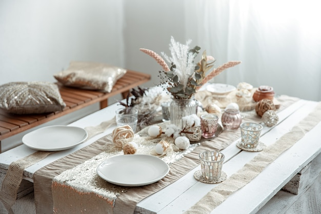 Empty plates and glasses on a decorated dining table for the easter holiday. Free Photo