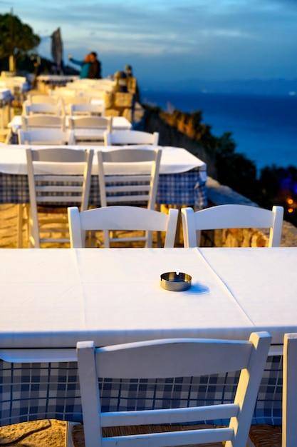 Пустые рестораны с террасой на улице в афитосе, греция Бесплатные Фотографии