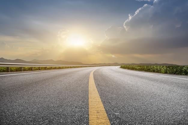 空の道、地面と空、雲 Premium写真