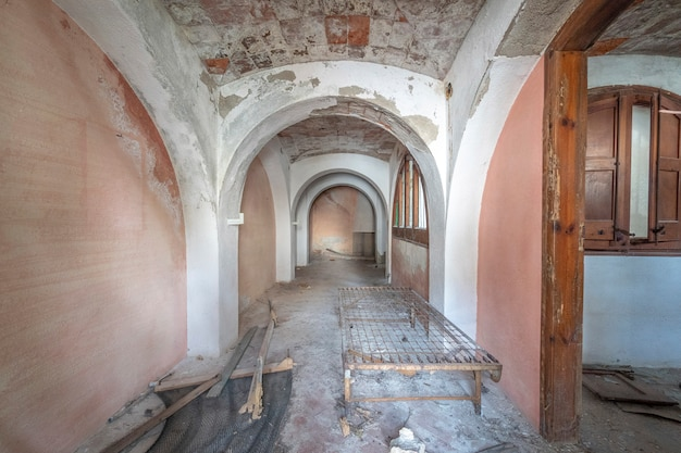 Empty room with vaulted ceilings Premium Photo