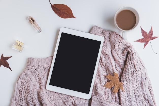 커피와 말린 단풍과 스웨터 컵, 상위 뷰 빈 화면 태블릿 프리미엄 사진