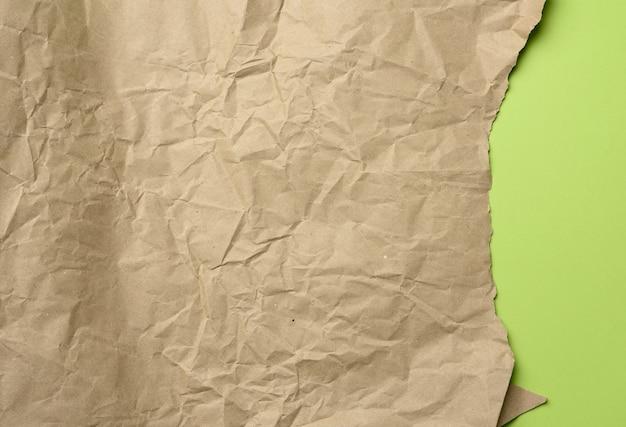 Пустой лист коричневой оберточной крафт-бумаги изолирован Premium Фотографии