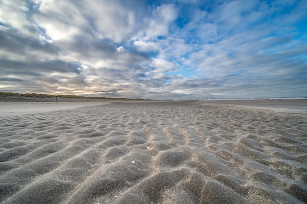 Пустой берег под голубым облачным небом Бесплатные Фотографии