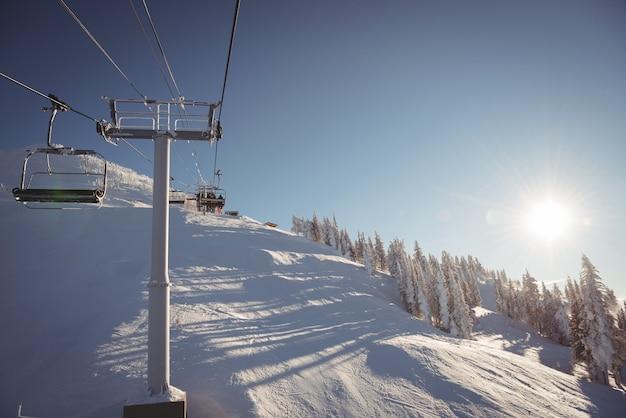 Vuoto skilift nella stazione sciistica Foto Gratuite