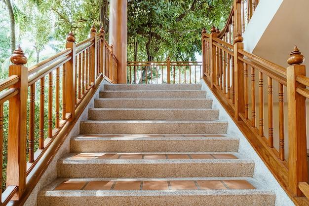 Пустая ступенька с деревянными перилами Premium Фотографии