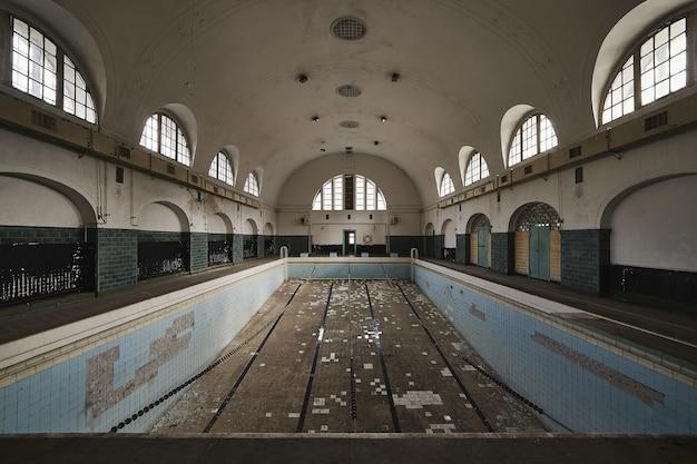古い放棄された建物内の空のプール 無料写真