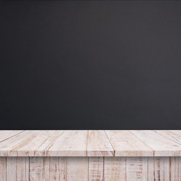 빈 최고 나무 선반 또는 칠판 벽 배경 테이블. 프리미엄 사진