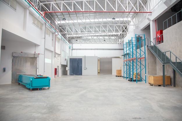 Empty warehouse interior in logistic industry Premium Photo