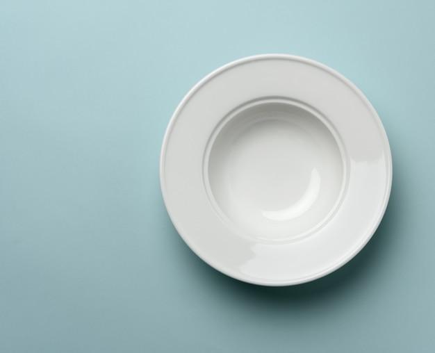 Пустая белая керамическая тарелка на столе Premium Фотографии