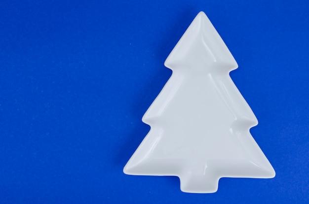 Empty white christmas tree plate for table christmas festive setting. Premium Photo