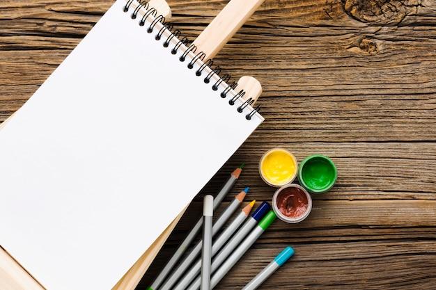 空の白いメモ帳と鉛筆 無料写真