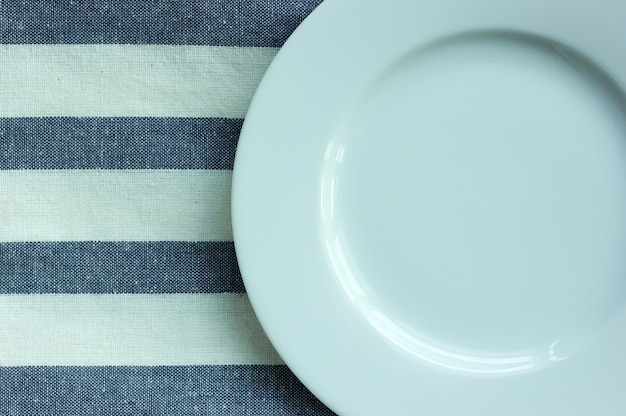 Empty white plate with tablecloth Free Photo