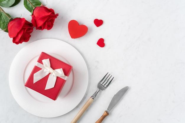 Пустая белая тарелка с посудой для концепции еды свиданий специального праздника дня святого валентина. Premium Фотографии
