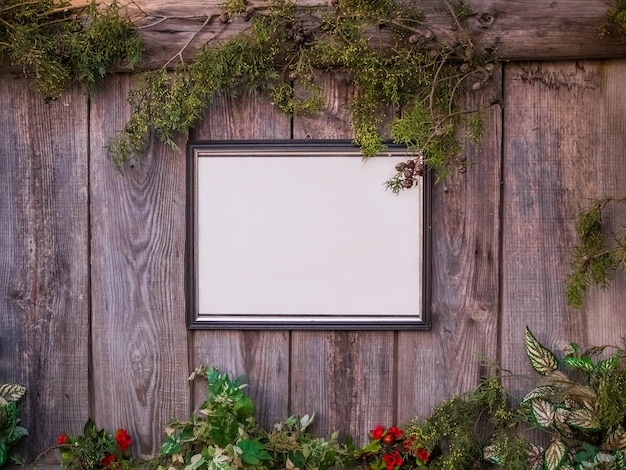 植物や花に囲まれた木製のフェンスの上の空のホワイトボード 無料写真
