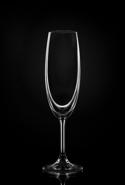 暗い壁に空のワイングラス 無料写真