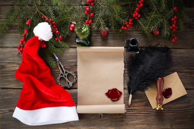 크리스마스 장식 나무 테이블에 산타 클로스에 대 한 빈 위시리스트. 평면도. 프리미엄 사진