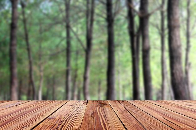 산만 된 배경으로 가기 빈 나무 테이블 프리미엄 사진
