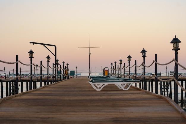 Пустой деревянный пирс красивым спокойным утром. туристическая пристань в морском заливе Бесплатные Фотографии