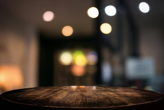 빈 나무 테이블과 배경을 흐리게 프리미엄 사진