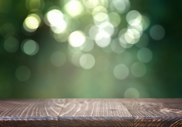 흐린 된 녹지에 빈 나무 테이블 프리미엄 사진