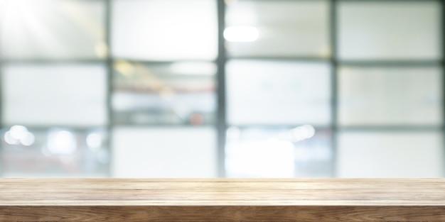 흐림 커피 숍 창 배경, 파노라마 배너와 빈 나무 테이블 탑. 프리미엄 사진