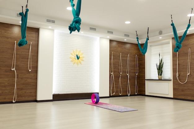 Empty yoga and fitness gym Premium Photo