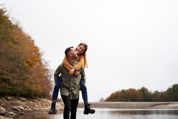 Влюбленный молодой человек спит на берегу озера Premium Фотографии