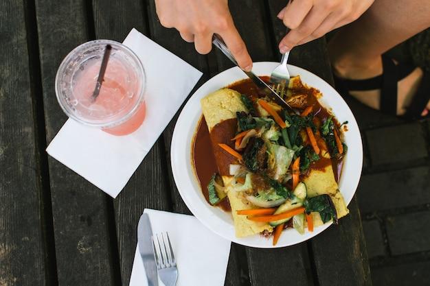 Девушка ест enchiladas Бесплатные Фотографии