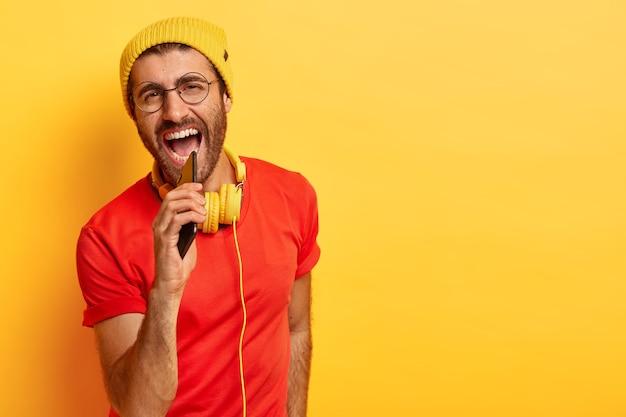 エネルギッシュなポジティブな男が大声で歌う 無料写真