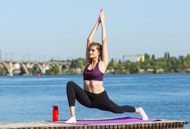 Energia. giovane atleta femminile, formazione donna, praticando all'aperto sotto il sole autunnale Foto Gratuite