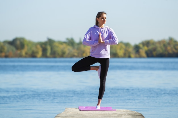 エネルギー。若い女性アスリート、女性のトレーニング、秋の日差しの中で屋外で練習 無料写真