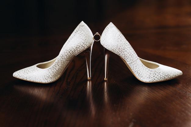 宝石の婚約指輪はブライダルヒールの間にあります 無料写真