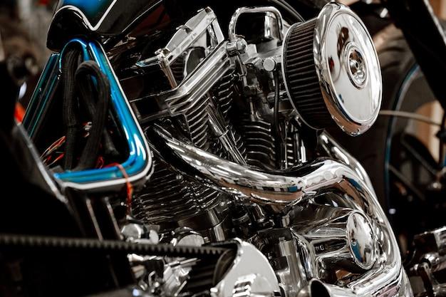 Двигатель крупным планом выстрел из красивых и на заказ мотоцикла Premium Фотографии