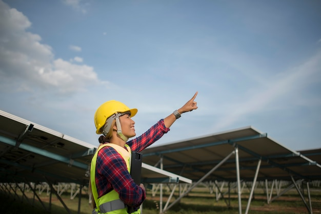Engineer electric woman checking and maintenance of solar cells. Free Photo