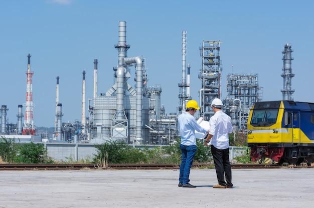 Engineer on refinery. Premium Photo