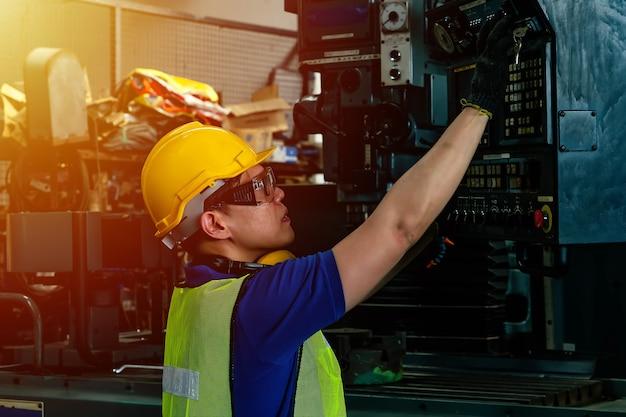 工場で働く安全ヘルメットを持つエンジニア Premium写真
