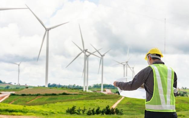 風力タービン発電所建設現場のエンジニア労働者 Premium写真