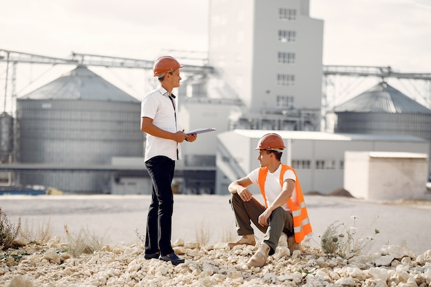 Ingegneri in caschi che fanno una pausa la fabbrica Foto Gratuite