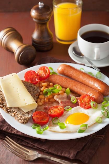 イングリッシュブレックファスト、目玉焼きソーセージ、ベーコン、トマト、豆 Premium写真