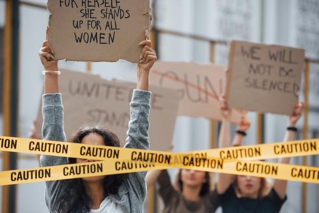 Смотрим во время протеста. группа женщин-феминисток бунтует за свои права на открытом воздухе Бесплатные Фотографии