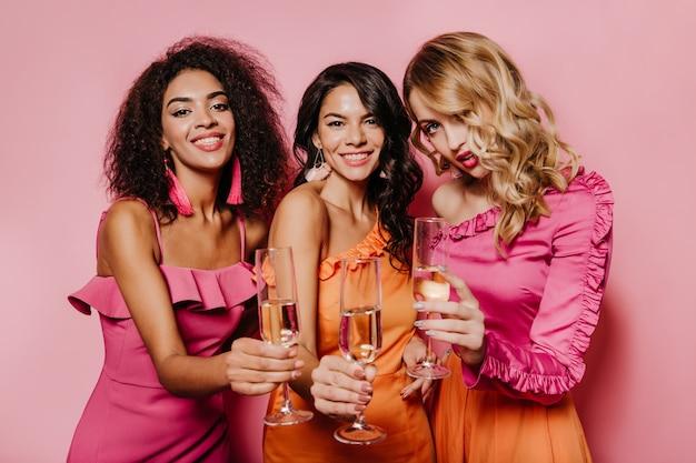 이벤트를 즐기는 드레스에 열정적 인 여성 무료 사진
