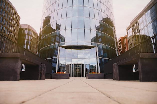 자동 문이있는 비즈니스 도시의 현대 오피스 빌딩 입구. 프리미엄 사진