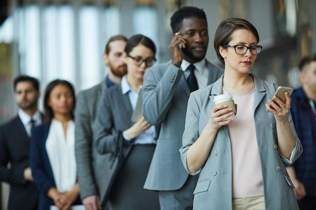 Entrepreneurs standing in line Premium Photo