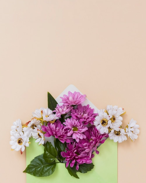 Envelope with flowers arrangement Free Photo