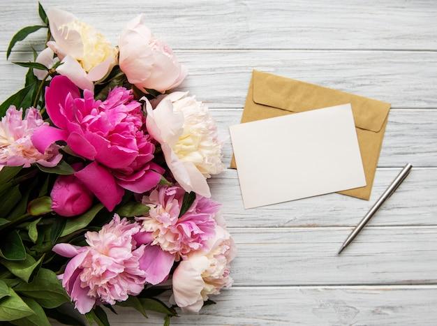 Envelope with pink peonies Premium Photo