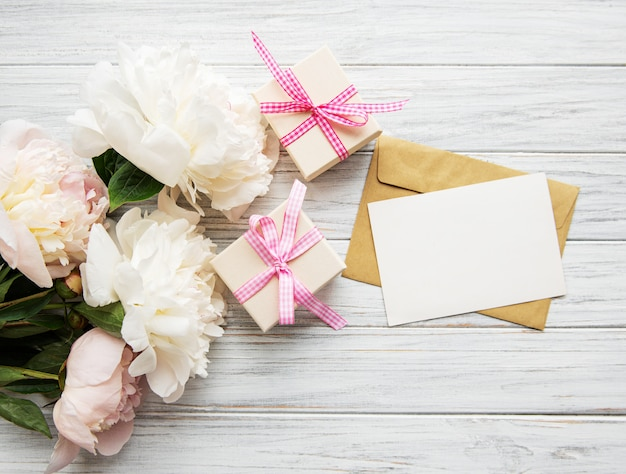 Envelope with pink peonies Premium Photo