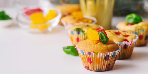 Dessert del giorno dell'epifania sul tavolo con copia spazio Foto Gratuite