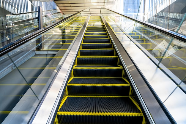 The escalator is in the mall Premium Photo