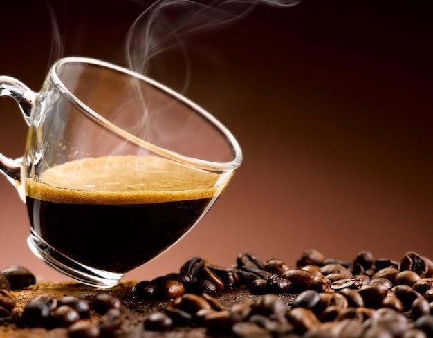 エスプレッソコーヒーをグラスに注いだ Premium写真