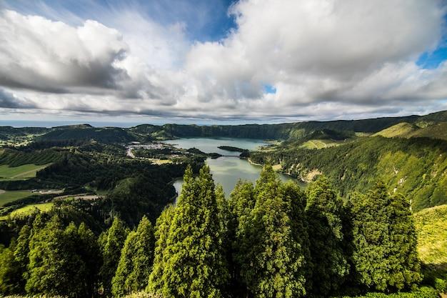 Istantanea del lago lagoa das sete cidades presa da vista do rei nell'isola di sao miguel, azzorre, portogallo. le azzorre sono una meta turistica gemma nascosta in europa. Foto Gratuite